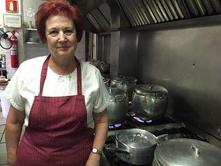 La cocinera Verisima en los fogones, delante de sus ollas