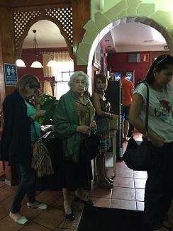 Clientes haciendo cola a la entrada