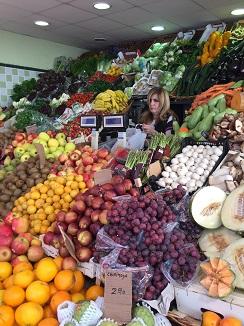 Puesto de frutas y hortalizas en el mercado de la Recova