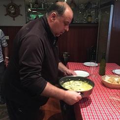 Paco Ferreres (hijo) llevando la cazuela de kokotxas a la mesa