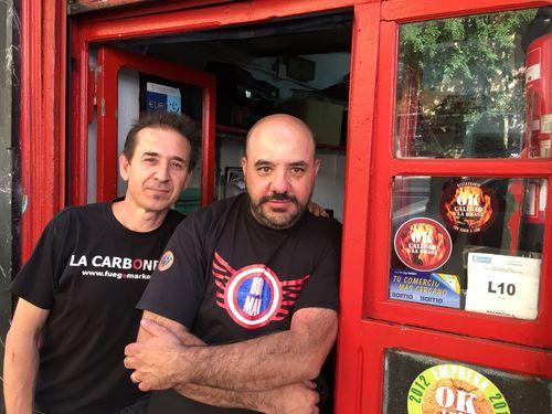 Andrés Mondejar y Juan Manuel Benayas en la puerta de su carbonería