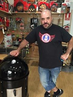 José Manuel Benayas delante de un horno ahumador