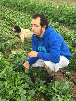Dani Ochoa recogiendo hortalizas en una finca de Bustarviejo