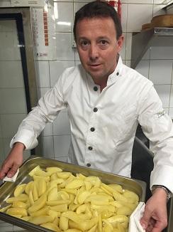 Carles Tejedor con bandejas de patatas listas para pasaral abatidor