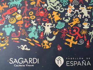 Manteles de mesa con la firma de Sagardi, diseño de Mikel Urmeneta (Kukuxumusu)