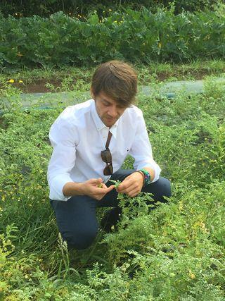 Santiago Pérez observando el estado de sus mini cultivos