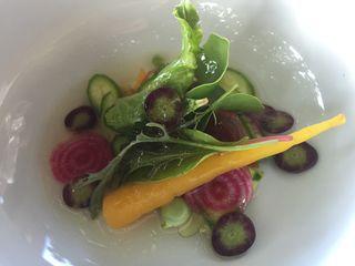 Ensalada con mini verduras y garbanzos verdes preparada por el cocinero Alberto del restaurante Manso
