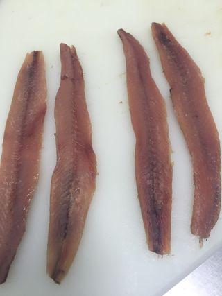 Lomos de anchoas. los dos de la izquierda tres meses de curación, los de la derecha año y medio