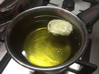 Las obleas se frien en aceite de oliva hasta que se inflan suavemente