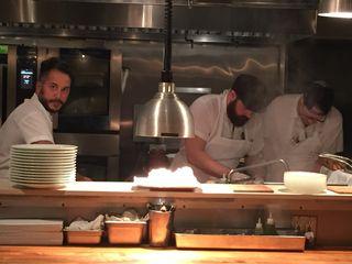 El chef Carlo Mirachi a la izquierda con sus dos ayudantes de cocina en Blanca