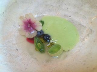 Zumo de uva fermentado, puré de garbanzos verdes mini puerros y arándanos en Blanca