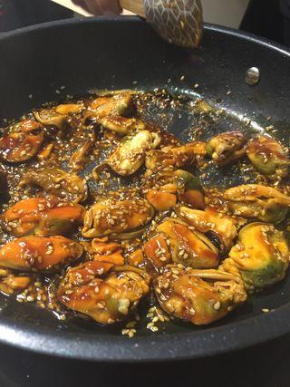Preparando el plato con  mejillones de lata