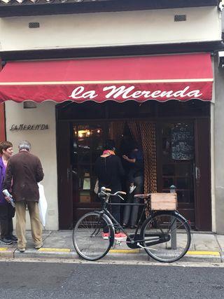La Merenda, con su permanente bicicleta a la puerta