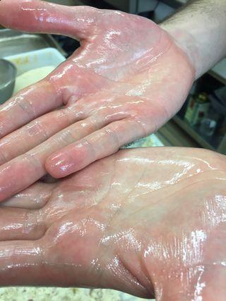 9) Moldeado a mano, una a una, con las manos aceitadas