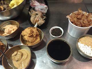 Algunos de los ingredientes del Miso Sake Kasu, miso blanco y rojo, pasta de sésamo, salsa de soja, pimienta negra y Katsuobushi
