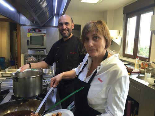 Luis Alberto junto con su madre Minica en las cocinas del restaurante Lera