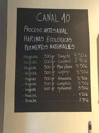 Especialidades y precios expuestos en la pizarra de su tienda Canal 10