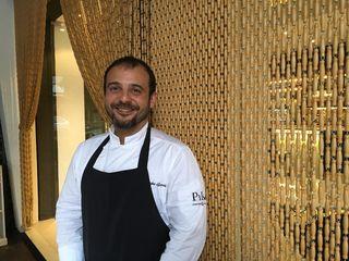 Kisko García en la puerta del bar de sus padres contiguo a su restaurante