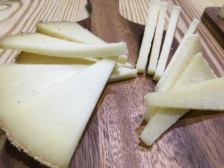 Quesos de oveja de pasta prensada de leche cruda. A la izquierda el industrial, a la derecha el artesano