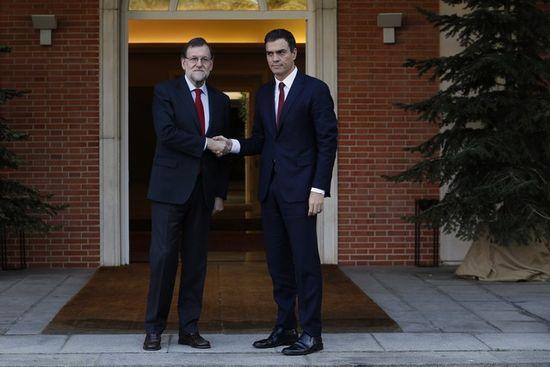 Presidente-del-gobierno-funciones-mariano-rajoy-recibe-pedro-sanchez-escalinata-moncloa-1450869919715