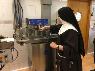 Sor Mirian junto a una de las modernas máquinas con las que procesan el chocolate