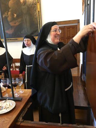 La abadesa, madre Isabel abriendo las puertas de la clausura
