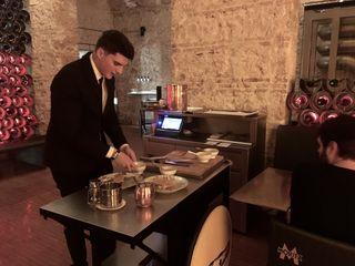 Preparando platos a pie de mesa a la vieja usanza