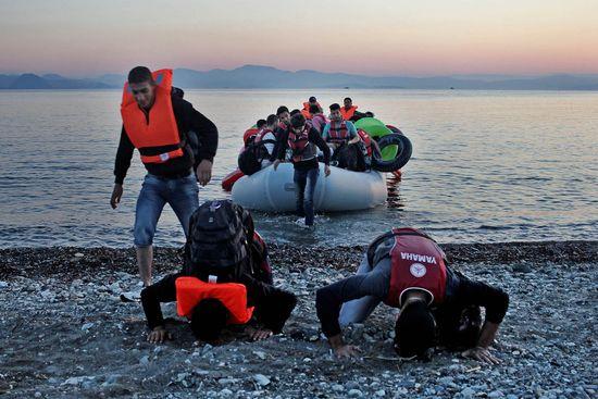 0003unos sirios besan suelo Europeo despue_s de un viaje en bote des de la costa Turca