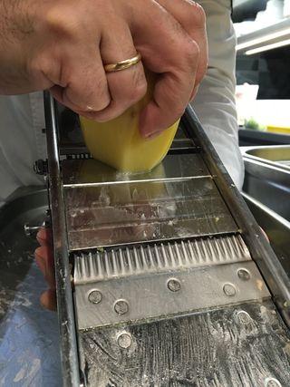 Cortndo las patatas con una mandolina