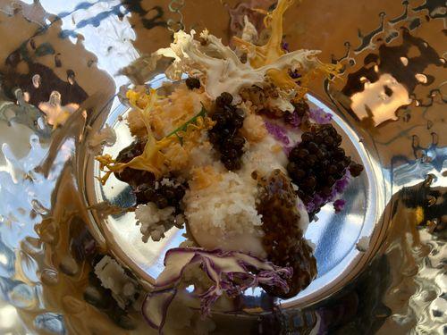 Coliflor con dos tipos de caviar, de esturion y vegetal de chia. Varias texturas de coliflor emulando el fondo del mar