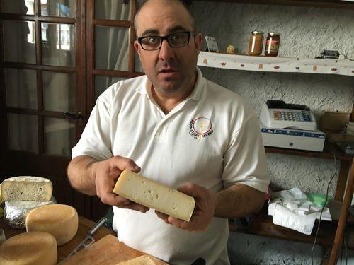 Toño Tarrau mostrandouno de sus quesos tradicionales al corte