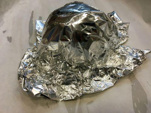 Se cubren una a una con papel de aluminio para asarse en el horno