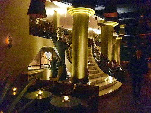 Ampulosas escaleras del bar