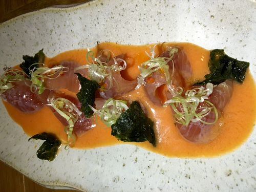 Tiradito de pescado azul, salsa ponzu, sésamo blanco y dashi de leche de tigre