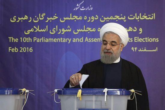 Hasan Rohaní ejerce su derecho al voto en Teherán