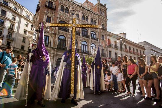 Hermandad Las Cigarreras de Sevilla, durante la procesión del Jueves Santo frente a la catedral de Sevilla. - Daniel Gonzalez Acuña -Corbis