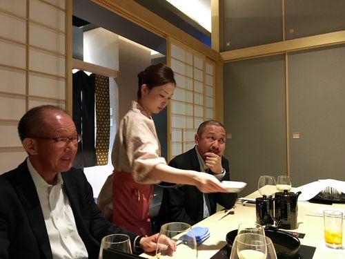 En primer plano Yoshinaga Koda, presidente de la Denominación Matsutsaka