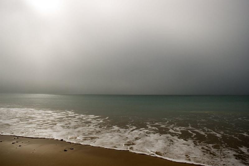 soledad de mar en dia nublado