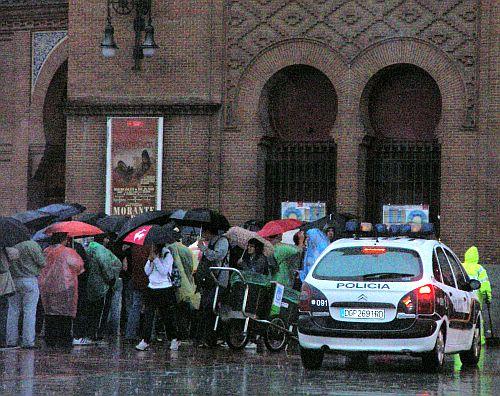 Colas para devolver entradas bajo la lluvia