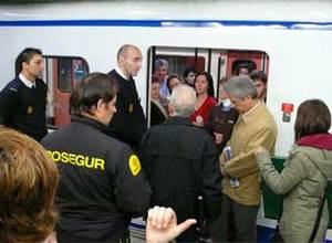 (Nota de ELPAIS.com) Gerardo Ramón Lorente, funcionario, de 48 años, es la persona que aparece en la fotografía con un abrigo beige y un periódico bajo el brazo.